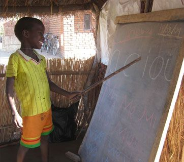 Volunteer-in-Malawi,-teaching-volunteers,-child-at-preschool
